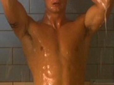 Alexander Skarsgård nudo, sotto la doccia e con le chiappe al vento