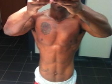 Simon Webbe se la scoatta mezzo nudo con l'iPhone