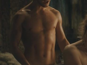 Game of Thrones: Alfie Allen completamente NUDO ed eccitato