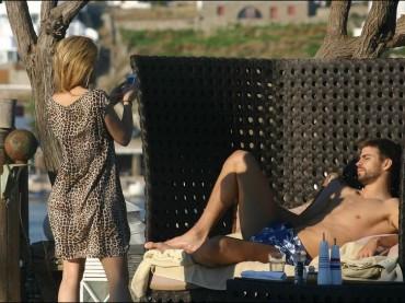 Gerard Piqué in versione Paolina Borghese con Shakira (a Mykonos)
