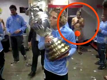 L'Uruguay vince la Coppa America e Martín Cáceres si fa beccare NUDO: foto e video