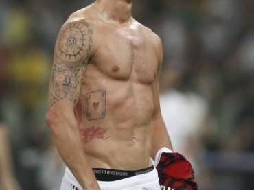 Ibracadabra è tornato: strip in campo per Zlatan Ibrahimovic