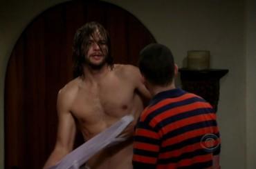 Ashton Kutcher nudo in Due Uomini e Mezzo