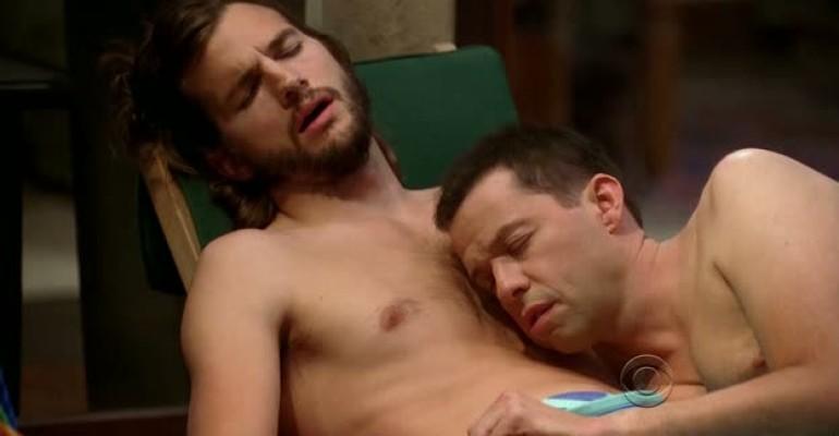 Ashton Kutcher sempre mezzo ignudo e a tinte gay in Due uomini e Mezzo