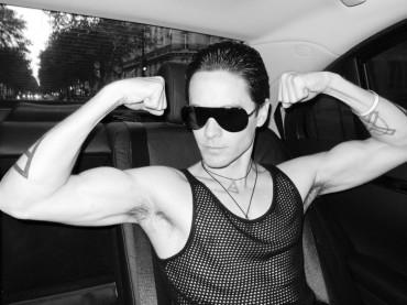 Muscoli e ascelle pelose per Jared Leto…