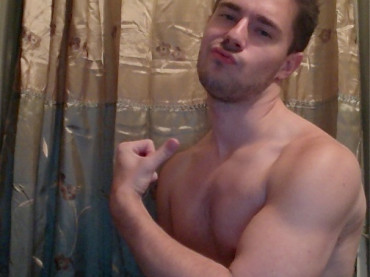 Chris Crocker mette muscoli