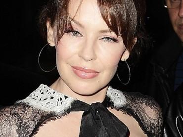Cosa diavolo è successo alla faccia di Kylie Minogue?