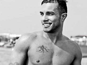 Marco Carta tatuato, muscoloso e bagnato su Facebook