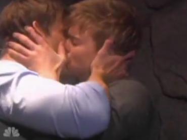 Primo storico bacio gay nella soap opera Il tempo della nostra vita