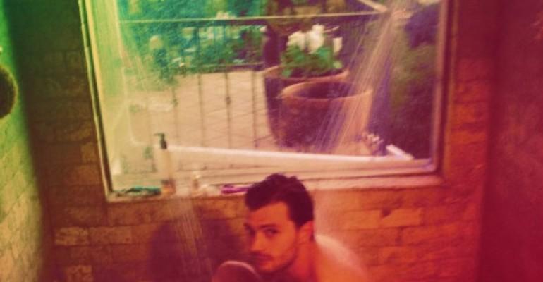 Jamie Dornan nudo in doccia
