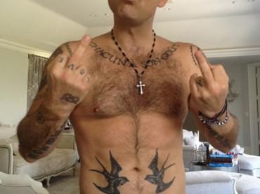 Robbie Williams gnocco e tatuato su Twitter