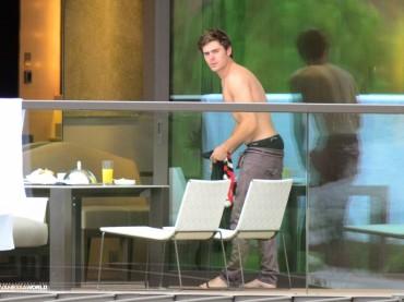 Zac Efron tutto nudo con il pipino de fori?