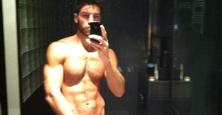 Valerio Pino mostra le palle via Twitter e confessa: ho fatto sesso con 5 allievi di Amici