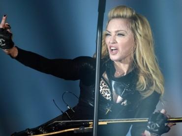 Madonna come MIA: dito medio a Berlino