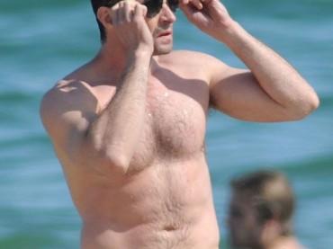 Hugh Jackman al mare di Barcellona (con i figli)