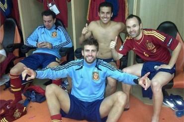 Gerard Piqué a cosce larghe per Shakira dopo Spagna-Portogallo