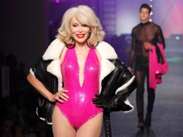 Paris Fashion Week 2012: Amanda Lear sfila per Jean Paul Gaultier