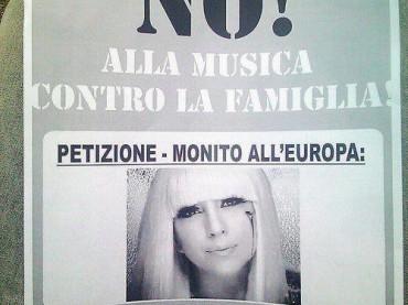 Volantinaggio contro Lady Gaga a Milano: no alla musica contro la famiglia
