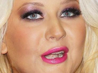 Christina Aguilera va in giro con la patata de fori