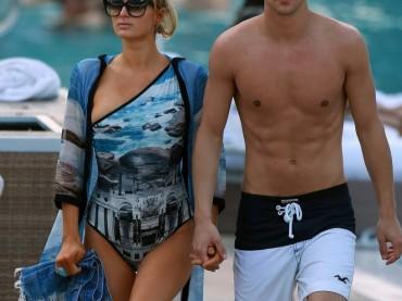 Paris Hilton in vacanza con River Viiperi (in costume)