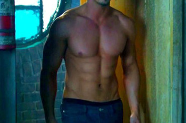 Jay Ryan mostra i muscoli in Beauty and the Beast – foto