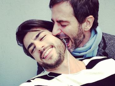 Harry Louis (mezzo nudo) bacia Marc Jacobs su Instagram