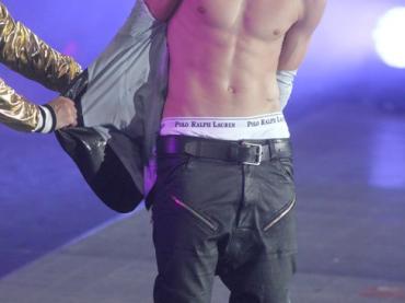 Justin Bieber si spoglia ad un concerto