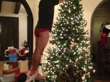Chiappe natalizie per Mario Lopez e il suo albero di Natale