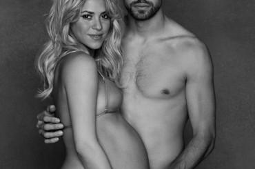 Shakira incinta su Facebook con Gerard Pique a torso nudo