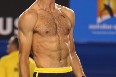 Novak Djokovic batte Stanislav Wawrinka dopo una maratona e si spoglia
