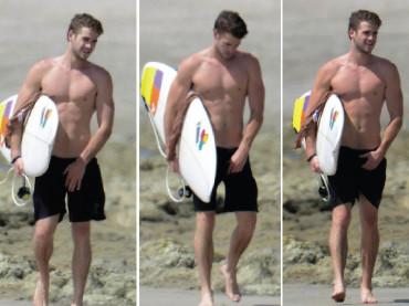 Liam Hemsworth e Chris Hemsworth in costume al mare