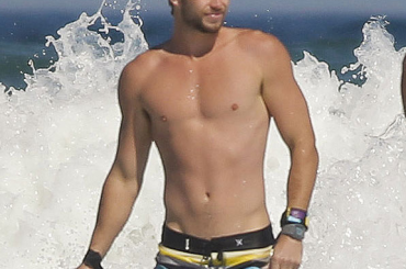 Liam Hemsworth torna single e se la spassa sul surf