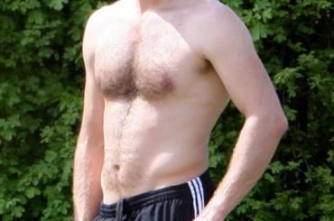 Chris Martin senza maglietta al parco