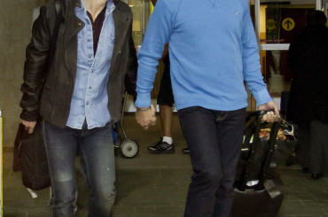 Colton Haynes mano nella mano con John Barrowman