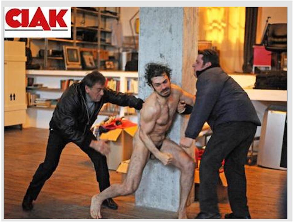 A Luca Argentero scappa una palla in CHA CHA CHA - nudo nel film di Marco Risi