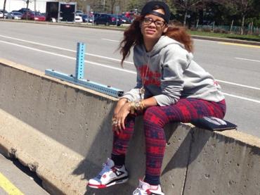 Rihanna fa la cacca in autostrada – le foto