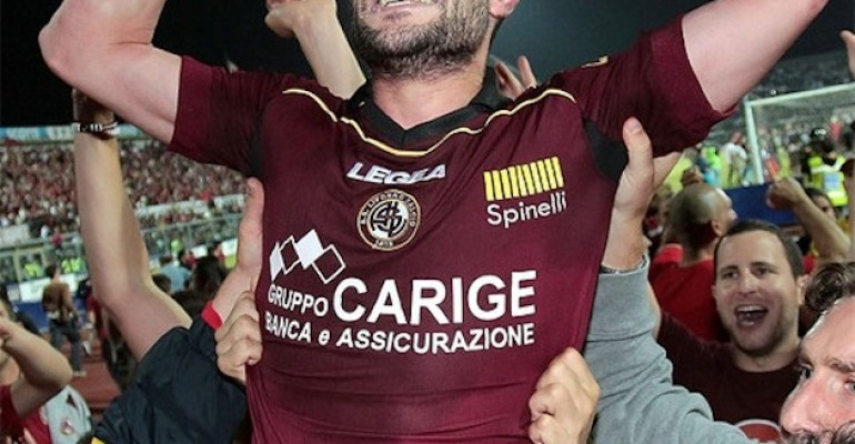 Il Livorno torna in Serie A e ad un tifoso sfugge una mano di troppo