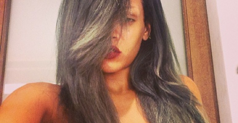 Rihanna si è fatta i capelli GRIGI (e ha sbroccato ai fan di Manchester perché le tiravano PATATINE- video)