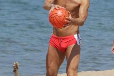 Francesco Totti con pacco a Sabaudia