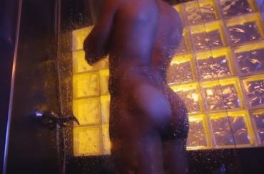 Valerio Pino nudo sotto la doccia con baci gay nel video Vuelve di Oscar Wilder