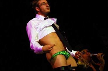 Matthew Mitcham si spoglia e mostra le chiappe per i matrimoni gay