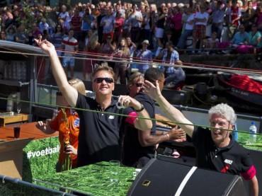 Gay Pride ad Amsterdam con la NAZIONALE DI CALCIO olandese – video