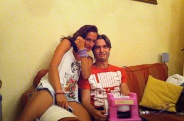 Francesco Mariottini gioca a maglia con la macchina da cucire di barbie