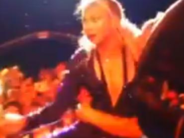 Beyonce SHOW in Brasile – un fan TENTA di tirarla giù dal palco – VIDEO