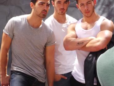 Nick Jonas tira fori er 'braccino' per Out Magazine