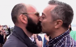 La proposta di matrimonio gay del mese - video
