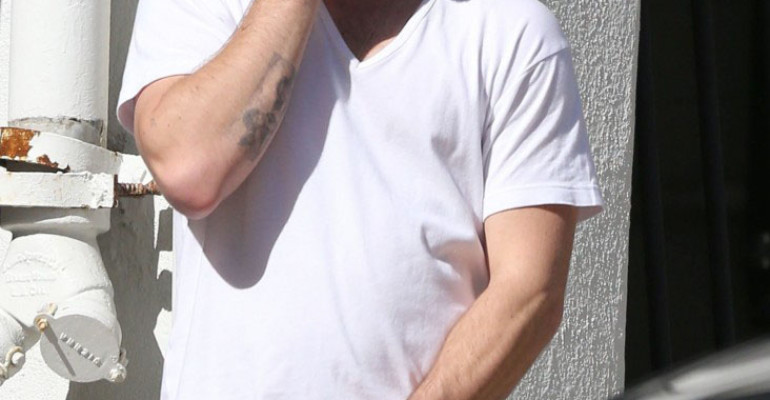 Alex Pettyfer e la ravanata sul pacco – foto