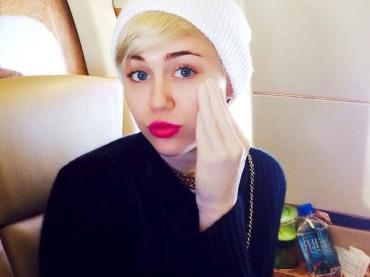 Miley Cyrus mostra il mega dildo fisting a forma di mano su Instagram