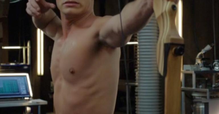 Colton Haynes  mostra  i muscoli in Arrow
