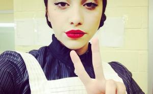Lourdes Maria cameriera francese a teatro - la foto orgoglio di Mamma Madonna